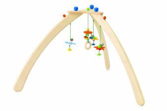 Das dreibeinige Trapez Stellino ist aus bestem Naturholz gefertigt und lädt Babys zum Beobachten und Greifen ein.