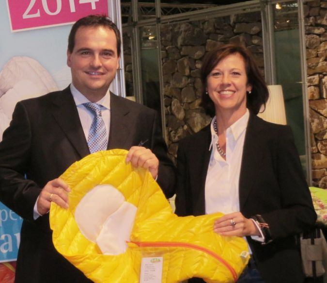 Geschäftsführer Guido Bangert und seine Frau Christiane Bangert präsentieren das InKID Fußsäckchen.