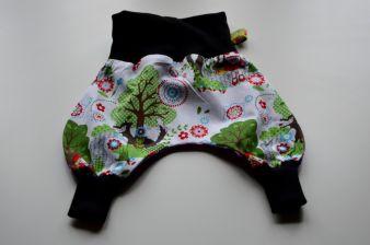 Umklappbare Bündchen ermöglichen das Tragen der Frollein Tongtong-Mitwachshose über mindestens drei Kleidergrößen. Foto: © Judith Werdin