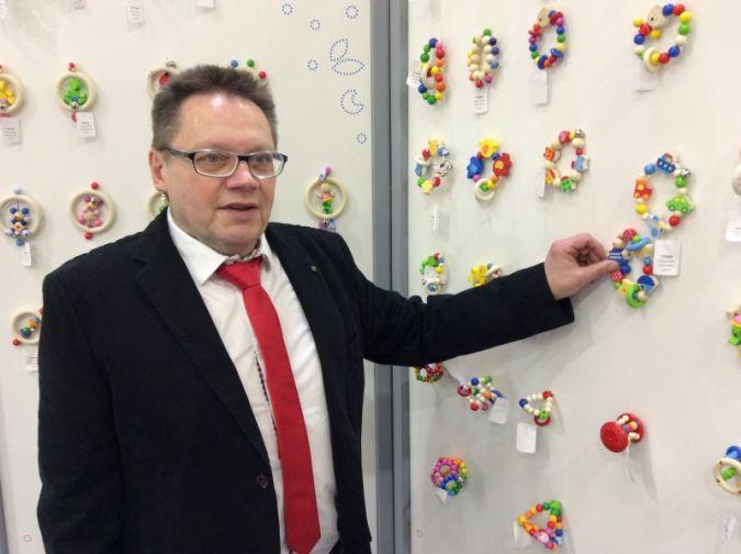 Freudig zeigt Helmut Roloff das Made in Germany-Holzspielzeug von Heimess.
