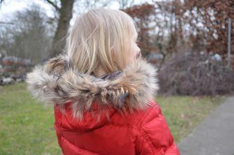 Naturpelz wird trotz kritischer Stimmen auch in der Kindermode als Besatz an Krägen, Kapuzen oder Mützen angeboten.