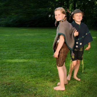 Das Mantelet kann sowohl klassisch zu Lederhosen oder Dirndl als auch modern zur Jeans getragen werden.
