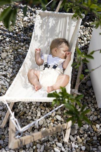 Ob im Garten oder drinnen – mit Koala ist das Baby überall entspannt dabei.