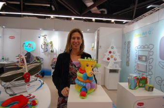 Sabine Lattke, Key Account Manager Tiny Love, präsentiert den Musical Stack & Ball Game Elephant.