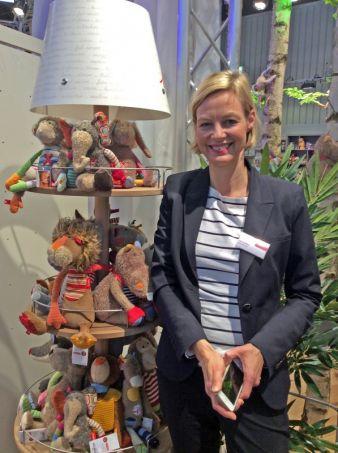 sigikid-Pressereferentin Katrin Müller freut sich über die neuen POS-Lampenständer als Heimat für die putzigen Gesellen.