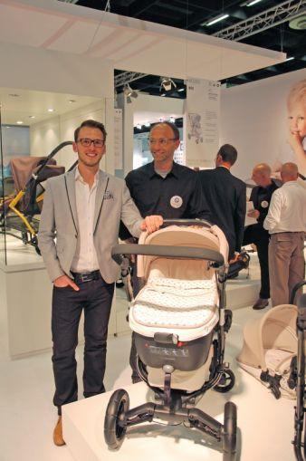 Die Designer Tobias Zehnder und Andreas Hess mit einer Sonderedition des NEO in Honey Beige mit Concord-Logo-Muster.
