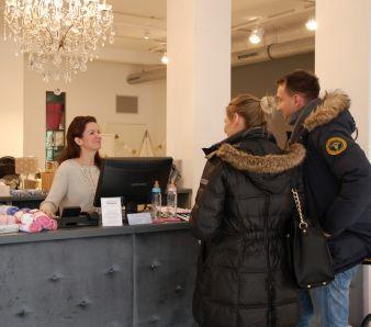 Mit freundlicher Beratung und einem echten Einkaufserlebnis kann der Offline-Handel punkten. (Kids first! Hamburg)