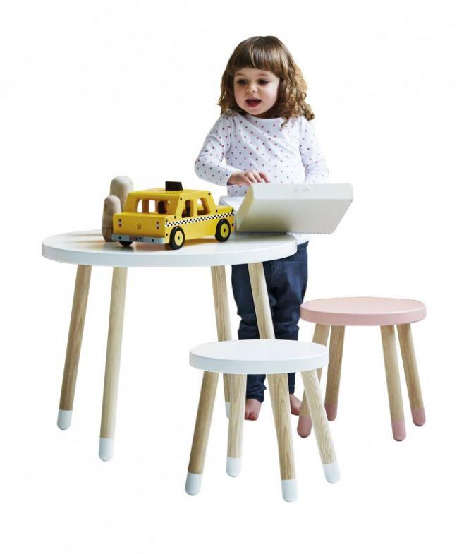Die bemalten Füße von Tisch und Hockern unterstreichen das spielerische Design.