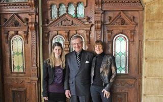 baby&junior zu Besuch in Bad Kösen: Dr. Helmut Schache umrahmt von Vanessa Koch (links) und Maria Radovanovic (rechts).