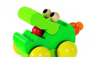 Der Rollgreifling Zoolini Krokodil von Selecta wird von Babys gern krabbelnd verfolgt.