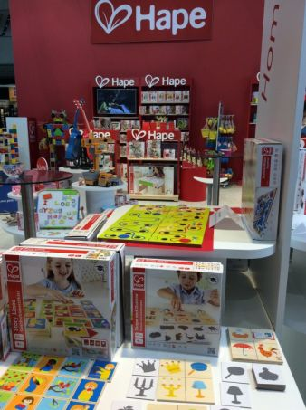 Die fröhlichen Spielwaren von Hape werden aus nachwachsenden Rohstoffen gefertigt und sind weltweit erhältlich.