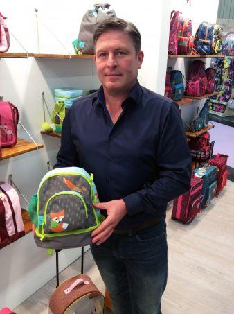 Geschäftsführer Stefan Lässig zeigt den neuen Lässig-Kinderrucksack 4Kids Little Tree-Fox.