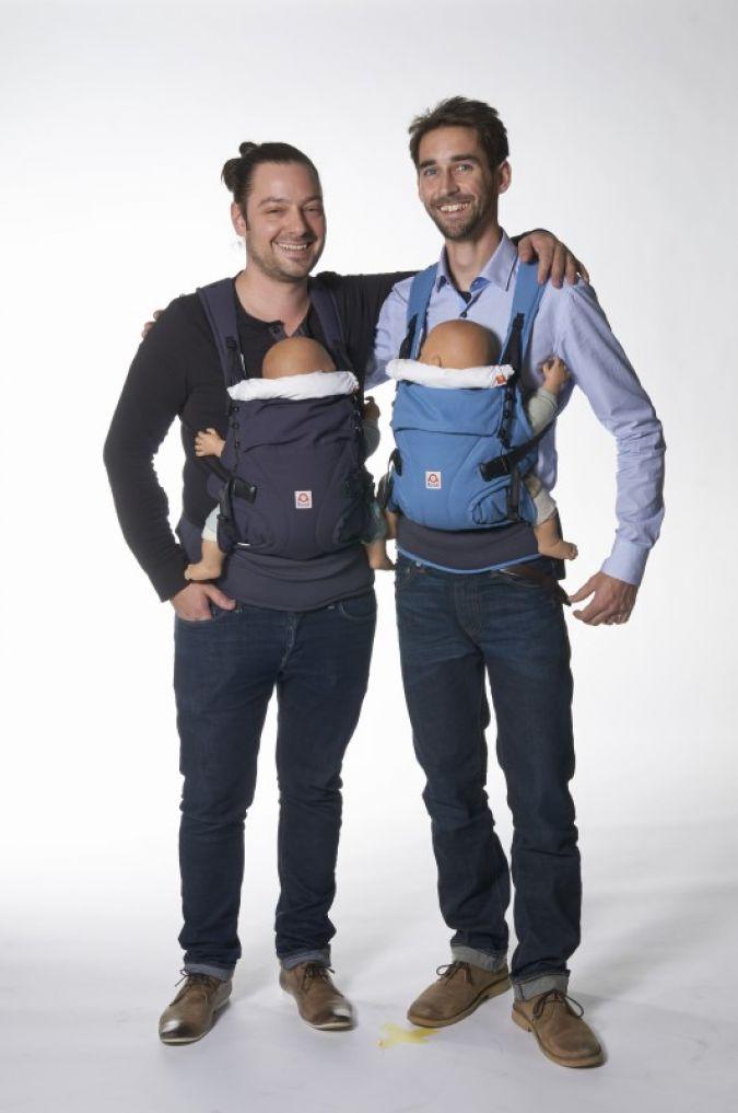 Ökologisch tragen: Geschäftsführer Henner-Moritz Jahn (l.) und Urs Brettel von berlin baby mit der Ruckeli Babytrage Organic Cotton.