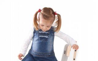 Auf dem Kinderhochstuhl Dapper von Duux können Kinder und Jugendliche von 0 bis 15 Jahren Platz nehmen.