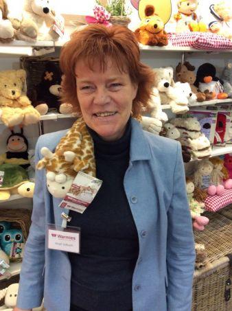 Schön kuschelig: Birgit Selbach von Greenlife Values mit der Warmies-Hot-Pack-Giraffe.