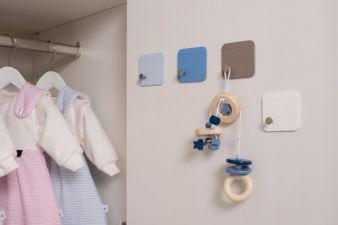 Platz zum Abhängen schaffen Knopf-Sets, die als Vierer-Set in den Farben Hellblau, Dunkelblau, Weiß und Taupe erhältlich sind.