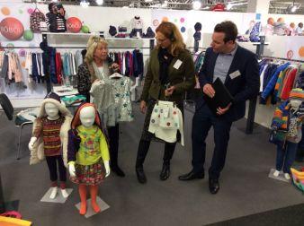 Gisela Stang (Mitte) eröffnete als Bürgermeisterin der Stadt Hofheim am Taunus die neue komm Wallau und schaute sich zusammen mit MUVEO-Geschäft...