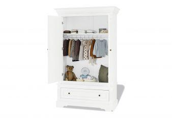 Schrank Emilia bietet genug Platz für Kleidung und mehr.