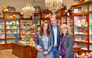 Sie fühlen sich in den neuen Räumlichkeiten sichtlich wohl (v. l.): Die Inhaber Carmen und Jürgen Budke sowie Geschäftsführerin Elke Brunner.