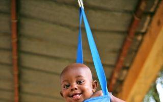 Kind in der Babywaage. Foto: UNICEF/NIGB2010-00454/Pirozzi