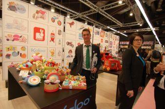 Christoph Schliemann (Vertrieb Carletto) mit neuen Schmusetieren des französischen Unternehmens Kaloo.