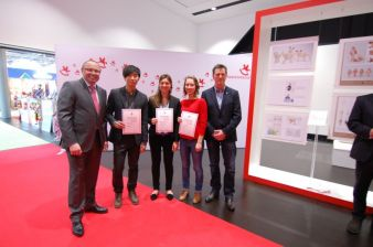 Die drei Gewinner freuen sich mit Ernst Kick, CEO der Spielwarenmesse eG (links) und Wolfgang Schühle, Vorsitzender der Fachgruppe Holzspielzeug D...