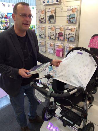 DOOKY-Erfinder Andy van Staveren hilft Eltern, eine geschützte Schlafatmosphäre im Kinderwagen zu schaffen.