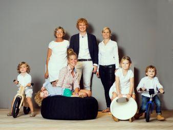 So sympathisch stellt sich die Geschäftsführung mit der erweiterten Familie vor. Susanne Henneka (hinten l.), daneben ihr Sohn Florian Henneka mi...