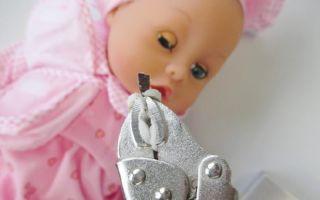 Wimpern, die sich leicht von Puppen lösen, bergen eine nicht zu unterschätzende Erstickungsgefahr.
