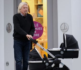 Virgin-Gründer Richard Branson schiebt seine beiden Enkelkinder im Peach 3 bequem durch die Großstadt.