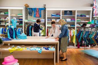 Tätigkeiten im Einzelhandel stehen nicht nur bei Azubis ganz oben. Inhaberin Eliane Asmus-Braun von Sunshine kinder & jugendmode aus Ettlingen bet...