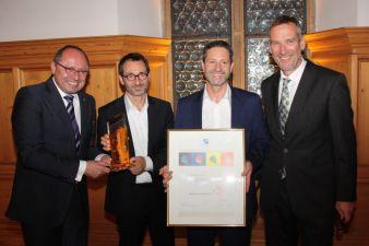 Marketing-Club-Präsident Peter Schultze (rechts) übergab den MARKETING STAR 2014.