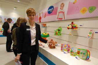 Beraterin Larissa Reith mit dem neuen Krabbelbären von VTech.