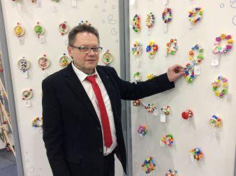 Gollnest & Kiesel-Sprecher Helmut Roloff freut sich über das neue Baby-Holzspielzeug der GoKi-Marke Heimess.