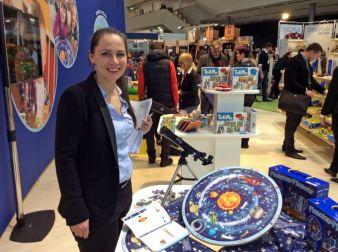 Hape-Marketingleiterin Sabrina Steigerwald erklärt das neue Lernpuzzle Planeten für Kinder ab vier Jahren.