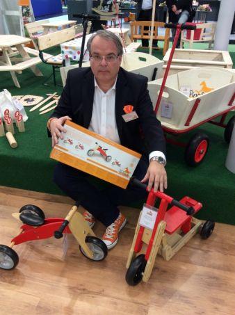 Dass Spielwaren der mit am stärksten wachsende Bereich im Sortiment sei, erklärt Pinolino-Geschäftsführer Andreas Nolte, hier mit Roller Theo u...