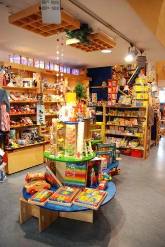 """Bei """"Pfiffikus – Richtig gutes Spielzeug"""" in Nürnberg werden Väter und Großväter mit aktivem Spiel an die eigene Kindheit erinnert und ih..."""