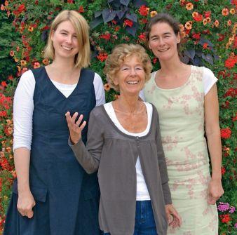 Erika Hoffmann mit ihren Töchtern Anna (links) und Tina Hoffmann.