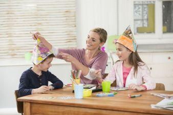 Ein Ritual zum Familientag könnte das Basteln des Bestimmerhuts werden – und über ein kleines Geschenk darunter freuen sich die Kids bestimmt!
