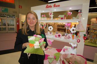 Mit dem Baby-Sortiment generiere Käthe Kruse momentan den meisten Umsatz, erzählt Renate Wildenhain, hier mit der neuen Plüsch-Grasmatte.