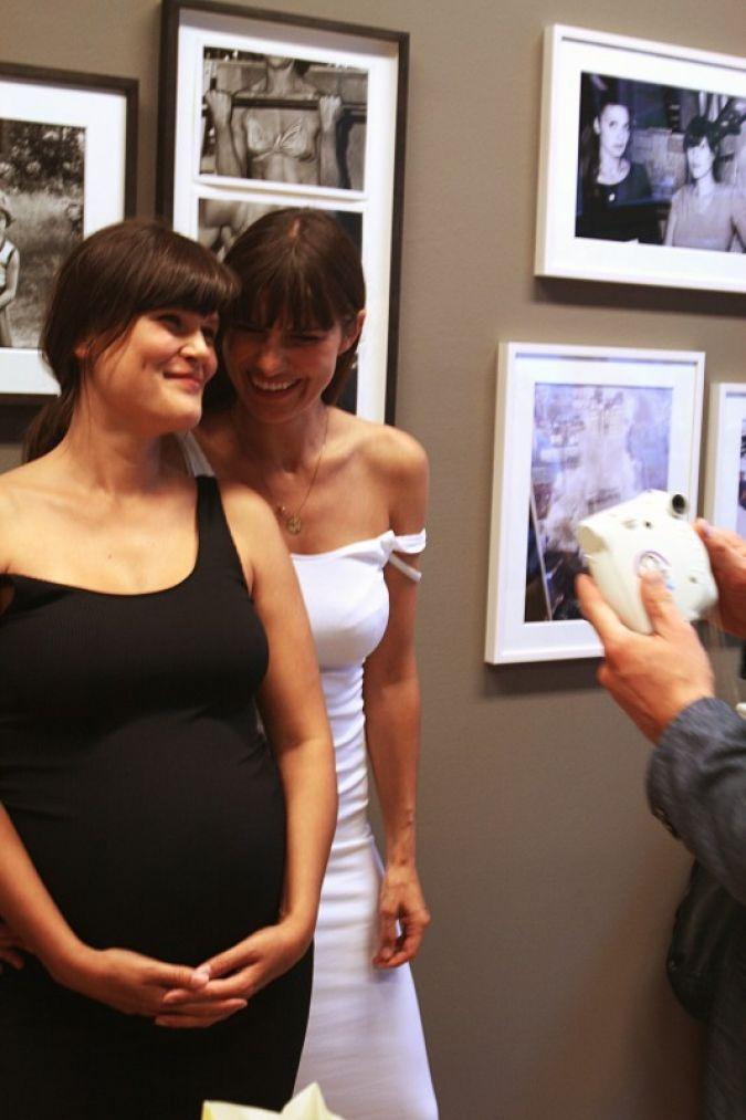 """Vanessa Fuentes (links) und Nada Lottermann in ihrer Ausstellung """"PING PONG""""."""