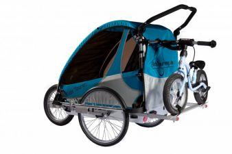 Der KidsTourer-Fahrradanhänger in Blau-Silber mit zusätzlichem Radträger hat eine Sicherheits-Aluwanne und Aluspeichenräder.