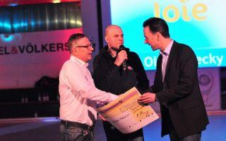 Von links: Norbert Grimmer (Vorstand Hockey gegen Krebs), Holger Schröder (Moderator des Benefizspiels) und Oliver Mecky (Geschäftsführer Joie).