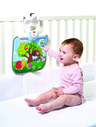 Das Double Sided Crib Toy kann problemlos am Babybettchen oder am Laufstall befestigt werden.
