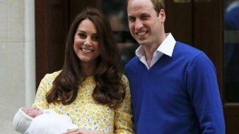 Die glücklichen Eltern Prinz William und seine Frau Kate beim ersten öffentlichen Auftritt mit Tochter.