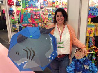 Ahlam Gandura erledigt die PR für Mont-Joie und fühlt sich gut geschützt vom Pop-up-Umbrella Shark.