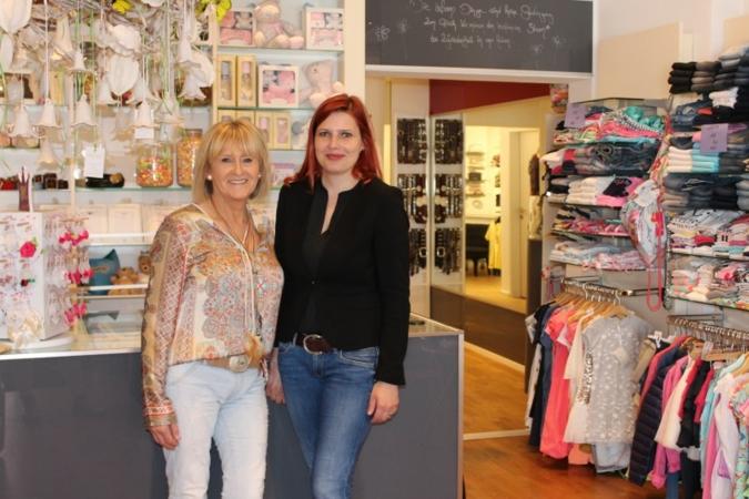 Hildegard Trappentreu (l.) ist seit neun Jahren Eigentümerin von Ikarus Kid's; hier mit baby&junior- Redaktionsmitglied Tanja Kraemer.
