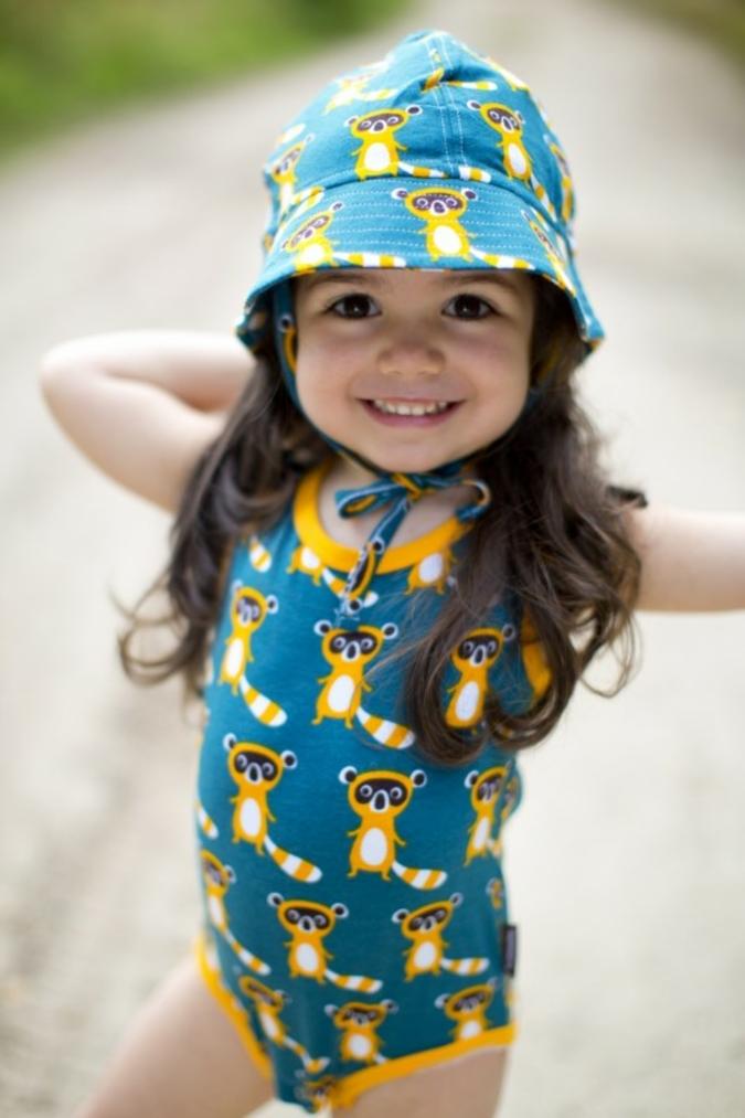 Mit dem süßen Waschbärbody und dem passenden Hütchen von Maxomorra kann der Sommer kommen.