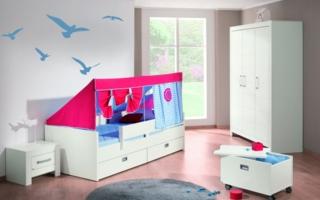 Das Kojenbett FIONA mit Unterschiebebett und zwei integrierten Schubladen-Elementen, dazu der Zelt-Aufsatz BIWAK und die frei stehende Rollbox.