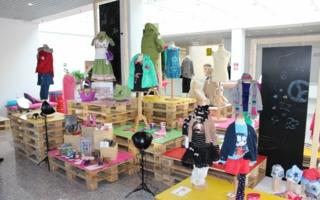 Bereits im neu gestalteten Eingangsbereich der KOMM, der sogenannten TrendArea, können die Besucher einen Blick auf die kommenden Highlights werfen.